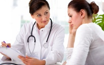 Doctor explaining diagnosis to her female patient.